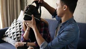 Ο νέος τύπος μιγάδων ανοίγει την VR-κάσκα και βοηθά τη φίλη του για να την βάλει επάνω απόθεμα βίντεο