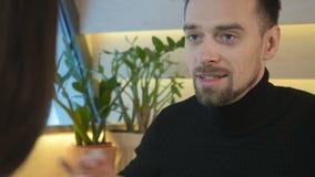 Ο νέος τύπος πίνει τον καφέ στον καφέ με τη φίλη απόθεμα βίντεο