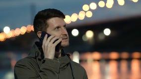 Ο νέος τύπος που μιλά στο τηλέφωνο Είναι συγκινημένος και στοχαστικός Το νερό καίγεται απόθεμα βίντεο