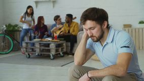Ο νέος τύπος σπουδαστών αισθάνεται και απομονωμένος ενώ οι φίλοι του που γιορτάζουν το κόμμα στο σπίτι στο εσωτερικό απόθεμα βίντεο