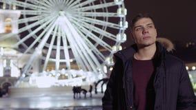 Ο νέος τύπος συναντιέται με το φίλο κοντά στη ρόδα ferris απόθεμα βίντεο