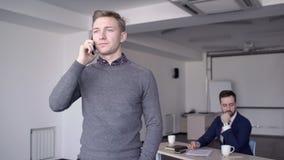 Ο νέος υπάλληλος καλεί το τηλέφωνο στεμένος στη μεγάλη επιχείρηση φιλμ μικρού μήκους