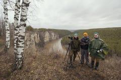 Ο νέος φίλος τρία υπαίθριος - κινηματογραφία στο άγριο δάσος βουνών στοκ φωτογραφίες