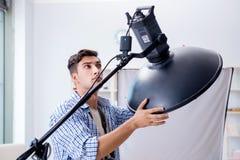Ο νέος φωτογράφος που εργάζεται στο στούντιο φωτογραφιών Στοκ φωτογραφία με δικαίωμα ελεύθερης χρήσης