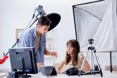 Ο νέος φωτογράφος που εργάζεται στο στούντιο φωτογραφιών Στοκ Φωτογραφία