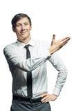 Ο νέος χαμογελώντας επιχειρηματίας παρουσιάζει κάτι στοκ φωτογραφία με δικαίωμα ελεύθερης χρήσης