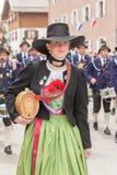 Ο νέος χαμογελώντας προμηθευτής Ίντεν σημαδιών σε Dirndl το βουνό προστατεύει Partenkirchen Στοκ εικόνα με δικαίωμα ελεύθερης χρήσης