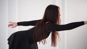 Ο νέος χορευτής μπαλέτου τεντώνει πίσω και παραδίδει μια κατηγορία χορού φιλμ μικρού μήκους