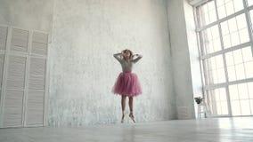 Ο νέος χορευτής μπαλέτου χορεύει κλασσικό μπαλέτο Ένα ballerina σε ένα κλασικό tutu και pointe χορεύει tiptoe κίνηση αργή απόθεμα βίντεο