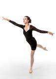 Ο νέος χορευτής μπαλέτου στο arabesque θέτει στοκ φωτογραφίες με δικαίωμα ελεύθερης χρήσης