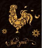 Ο νέος χρυσός έτους ακτινοβολεί κόκκορας με την εγγραφή και snowflakes Στοκ Εικόνα