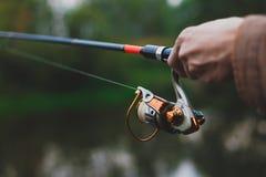 Ο νέος ψαράς αλιεύει στον ποταμό με την περιστροφή στοκ εικόνες με δικαίωμα ελεύθερης χρήσης