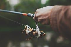 Ο νέος ψαράς αλιεύει στον ποταμό με την περιστροφή στοκ εικόνες