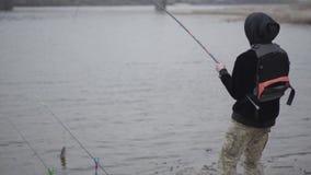 Ο νέος ψαράς στη σύλληψη ξημερωμάτων scomber αλιεύει με την περιστροφή στον ποταμό κοντά στην πόλη Διασκέδαση ή αστείο Λοταρία ή φιλμ μικρού μήκους