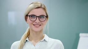 Ο νέος ψυχολόγος γυναικών προετοιμάζεται να καταγράψει την παρουσίασΠφιλμ μικρού μήκους