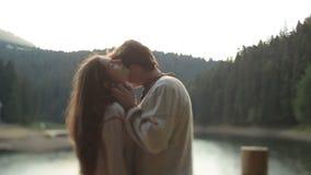 Ο νέος όμορφος άνδρας στο παραδοσιακό ukrainain ντύνει μαλακά τα φιλιά στο μέτωπο η όμορφη γυναίκα του Πολύ τρυφερή στιγμή φιλμ μικρού μήκους