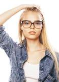 Ο νέος όμορφος έφηβος κοριτσιών στα γυαλιά στο λευκό απομόνωσε το ξανθό εκτάριο Στοκ Εικόνα