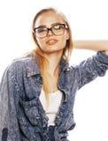 Ο νέος όμορφος έφηβος κοριτσιών στα γυαλιά στο λευκό απομόνωσε το ξανθό εκτάριο Στοκ φωτογραφίες με δικαίωμα ελεύθερης χρήσης