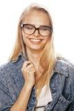 Ο νέος όμορφος έφηβος κοριτσιών στα γυαλιά στο λευκό απομόνωσε το ξανθό εκτάριο Στοκ Φωτογραφία