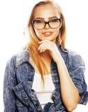 Ο νέος όμορφος έφηβος κοριτσιών στα γυαλιά στο λευκό απομόνωσε το ξανθό εκτάριο Στοκ Εικόνες