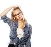 Ο νέος όμορφος έφηβος κοριτσιών στα γυαλιά στο λευκό απομόνωσε το ξανθό εκτάριο Στοκ Φωτογραφίες