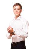 Ο νέος όμορφος επιχειρηματίας πουκάμισο στέκεται κατ' ευθείαν και εξετάζει τη κάμερα, πορτρέτο που απομονώνεται στο άσπρο στο λευ Στοκ εικόνα με δικαίωμα ελεύθερης χρήσης