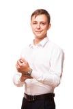 Ο νέος όμορφος επιχειρηματίας πουκάμισο στέκεται κατ' ευθείαν και εξετάζει τη κάμερα, πορτρέτο που απομονώνεται στο άσπρο στο λευ Στοκ Φωτογραφία