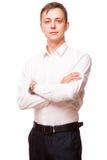 Ο νέος όμορφος επιχειρηματίας στο άσπρο πουκάμισο στέκεται κατ' ευθείαν και διασχίζει τα χέρια του, πορτρέτο που απομονώνεται στο Στοκ Εικόνες