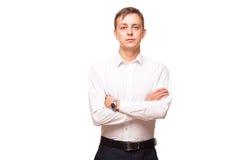 Ο νέος όμορφος επιχειρηματίας στο άσπρο πουκάμισο στέκεται κατ' ευθείαν και διασχίζει τα χέρια του, πορτρέτο που απομονώνεται στο Στοκ Φωτογραφίες