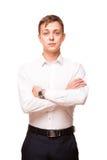 Ο νέος όμορφος επιχειρηματίας στο άσπρο πουκάμισο στέκεται κατ' ευθείαν και διασχίζει τα χέρια του, πορτρέτο που απομονώνεται στο Στοκ φωτογραφία με δικαίωμα ελεύθερης χρήσης