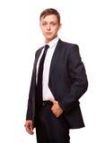Ο νέος όμορφος επιχειρηματίας στο μαύρο κοστούμι στέκεται κατ' ευθείαν, πορτρέτο που απομονώνεται στο άσπρο υπόβαθρο Στοκ εικόνα με δικαίωμα ελεύθερης χρήσης