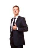 Ο νέος όμορφος επιχειρηματίας στο μαύρο κοστούμι στέκεται κατ' ευθείαν, πορτρέτο που απομονώνεται στο άσπρο υπόβαθρο Στοκ Φωτογραφία