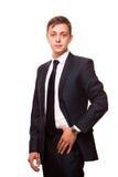Ο νέος όμορφος επιχειρηματίας στο μαύρο κοστούμι στέκεται κατ' ευθείαν, πορτρέτο που απομονώνεται στο άσπρο υπόβαθρο Στοκ φωτογραφία με δικαίωμα ελεύθερης χρήσης