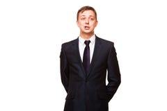 Ο νέος όμορφος επιχειρηματίας στο μαύρο κοστούμι στέκεται κατ' ευθείαν, πορτρέτο που απομονώνεται στο άσπρο υπόβαθρο Στοκ φωτογραφίες με δικαίωμα ελεύθερης χρήσης