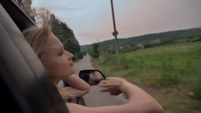 Ο νέος όμορφος ονειροπόλος κοριτσιών βάζει το κεφάλι και διανέμει του παραθύρου αυτοκινήτων κατά τη διάρκεια του γύρου, απολαμβάν απόθεμα βίντεο