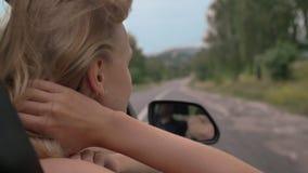 Ο νέος όμορφος ονειροπόλος κοριτσιών βάζει το κεφάλι και διανέμει του παραθύρου αυτοκινήτων κατά τη διάρκεια του γύρου, τρίχα πιε φιλμ μικρού μήκους