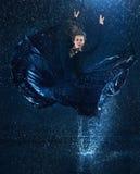 Ο νέος όμορφος σύγχρονος χορευτής που χορεύει κάτω από το νερό μειώνεται Στοκ εικόνα με δικαίωμα ελεύθερης χρήσης