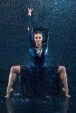 Ο νέος όμορφος σύγχρονος χορευτής που χορεύει κάτω από το νερό μειώνεται Στοκ Φωτογραφία
