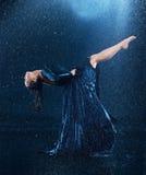 Ο νέος όμορφος σύγχρονος χορευτής που χορεύει κάτω από το νερό μειώνεται Στοκ φωτογραφία με δικαίωμα ελεύθερης χρήσης