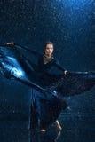 Ο νέος όμορφος σύγχρονος χορευτής που χορεύει κάτω από το νερό μειώνεται Στοκ φωτογραφίες με δικαίωμα ελεύθερης χρήσης