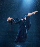 Ο νέος όμορφος σύγχρονος χορευτής που χορεύει κάτω από το νερό μειώνεται Στοκ εικόνες με δικαίωμα ελεύθερης χρήσης