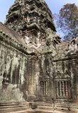 Ο ναός με μια bas-ανακούφιση ενός δεινοσαύρου σε μια στήλη στο κέντρο της φωτογραφίας η Καμπότζη συγκεντρώνει siem Στοκ εικόνες με δικαίωμα ελεύθερης χρήσης