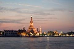 Ο ναός της αυγής wat arun στη Μπανγκόκ, Ταϊλάνδη ανακαινίζει και repa Στοκ Εικόνα