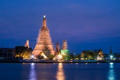 Ο ναός της αυγής (wat arun) στη Μπανγκόκ, Ταϊλάνδη ανακαινίζει και repa Στοκ Φωτογραφίες