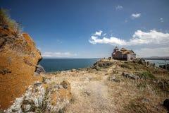 Ο ναός Airavank, που βρίσκεται στις ακτές της όμορφης λίμνης Στοκ Φωτογραφίες