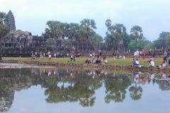 Ο ναός Angkor Wat ανατολής ανθρώπων τουριστών, Siem συγκεντρώνει Στοκ φωτογραφία με δικαίωμα ελεύθερης χρήσης
