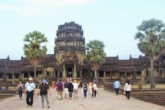 Ο ναός Angkor Wat ηλιοβασιλέματος ανθρώπων τουριστών, Siem συγκεντρώνει Στοκ Φωτογραφίες