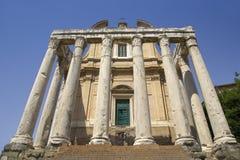 Ο ναός Antoninus και Faustina ενσωμάτωσε την ΑΓΓΕΛΙΑ 141, στο ρωμαϊκό φόρουμ, Ρώμη, Ιταλία, Ευρώπη Στοκ Εικόνες