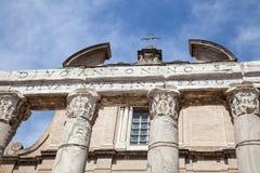 Ο ναός Antoninus και Faustina στο ρωμαϊκό φόρουμ, Ρώμη Στοκ Φωτογραφία