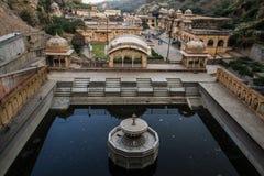 Ο ναός Galtaji πιθήκων και αυτό νερό ` s τοποθετεί σε δεξαμενή, στο τέλος της ημέρας, το Jaipur, Rajasthan, Ινδία Στοκ Εικόνα